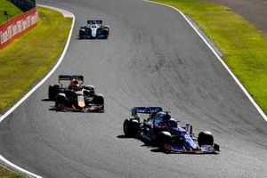 Daniil Kvyat, Toro Rosso STR14, Max Verstappen, Red Bull Racing RB15, en George Russell, Williams Racing FW42
