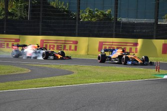 Carlos Sainz Jr., McLaren MCL34, precede Alex Albon, Red Bull RB15