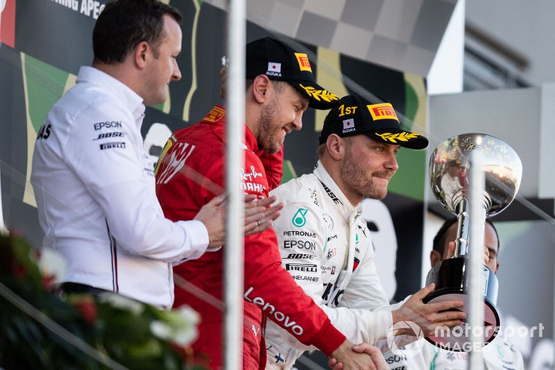 Eric Blandin, Capo dell'aerodinamica, Mercedes AMG, Sebastian Vettel, Ferrari, secondo classificato, Valtteri Bottas, Mercedes AMG F1, primo classificato, e Lewis Hamilton, Mercedes AMG F1, terzo classificato, sul podio