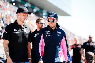 Kevin Magnussen, Haas F1, e Sergio Perez, Racing Point, durante la drivers parade