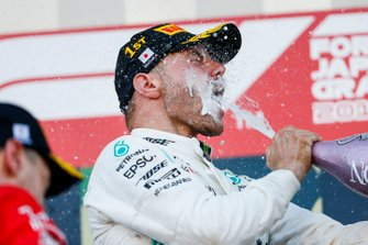 Il vincitore della gara Valtteri Bottas, Mercedes AMG F1, festeggia sul podio, con lo champagne