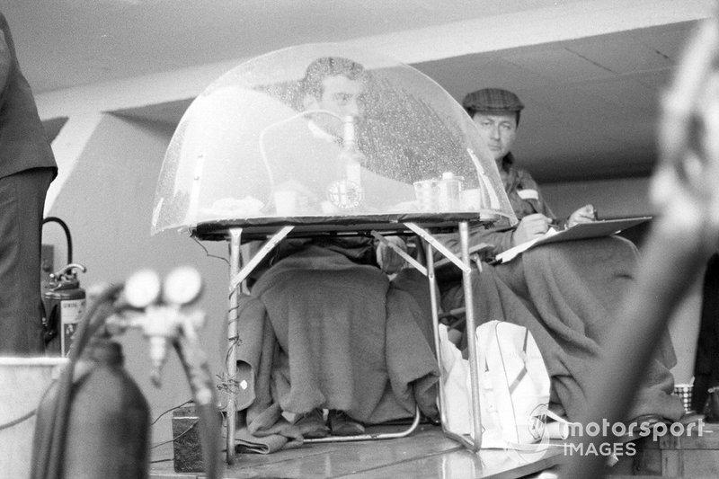 Un cronometrador en boxes durante una lluvia