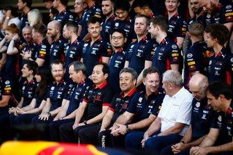 Foto de grupo de Honda F1 y Red Bull. Destacan Toyoharu Tanabe, director técnico; Masashi Yamamoto, General Manager; Christian Horner, director de Red Bull Racing; Helmut Marko, consultor de Red Bull; y Adrian Newey, jefe técnico de Red Bull