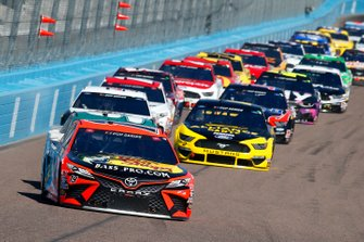 Martin Truex Jr., Joe Gibbs Racing, Toyota Camry Bass Pro Shops, Chase Elliott, Hendrick Motorsports, Chevrolet Camaro Unifirst