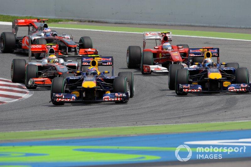 Mark Webber, Red Bull Racing RB6 precede Sebastian Vettel, Red Bull Racing RB6