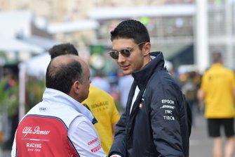 Esteban Ocon, Mercedes AMG F1, et Frederic Vasseur, Team Principal, Alfa Romeo Racing