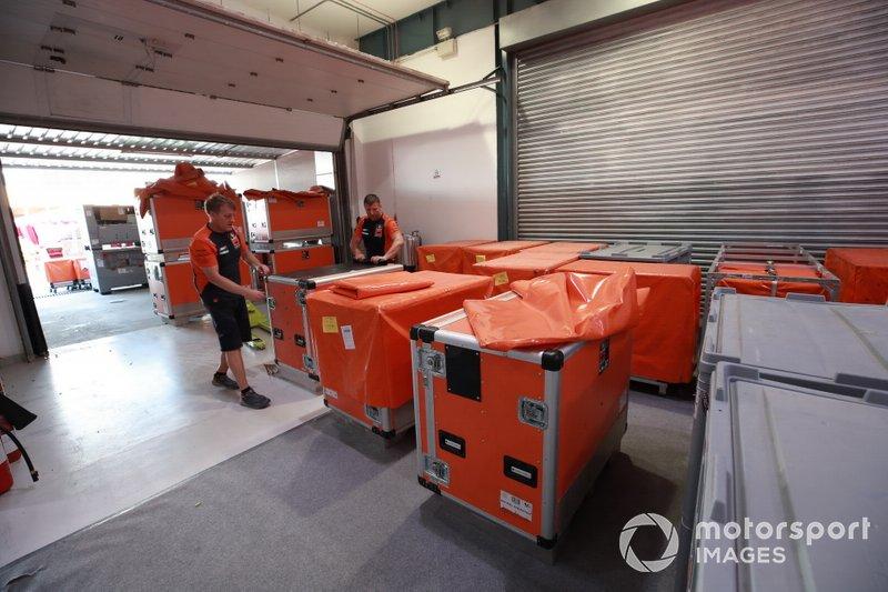 Los equipos de MotoGP empacando