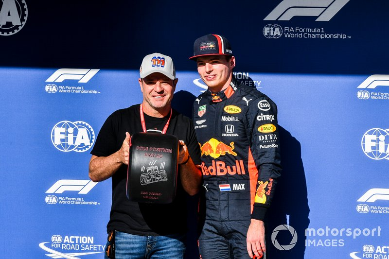 Pole Sitter Max Verstappen, Red Bull Racing receives the Pirelli Pole Position Award from Rubens Barrichello