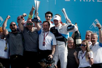 Roger Griffiths, Team Principal, BMW i Andretti Motorsports, Maximilian Günther, BMW i Andretti Motorsports celebrate victory with the team on the podium