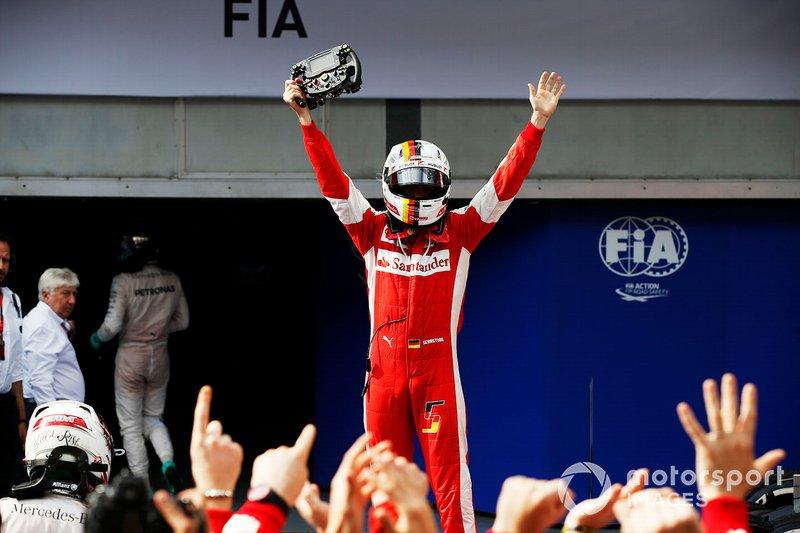 Il vincitore della gara Sebastian Vettel, Ferrari, al GP della Malesia del 2015
