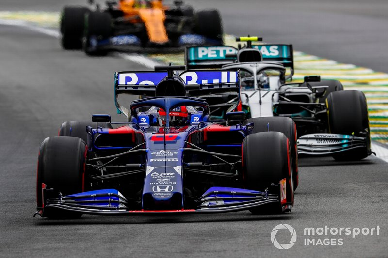 Daniil Kvyat, Toro Rosso STR14, devant Valtteri Bottas, Mercedes AMG W10