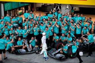 Valtteri Bottas, Mercedes AMG F1, primo classificato, Lewis Hamilton, Mercedes AMG F1, terzo classificato, e il team Mercedes festeggiano la vittoria del trofeo dei costruttori 2019