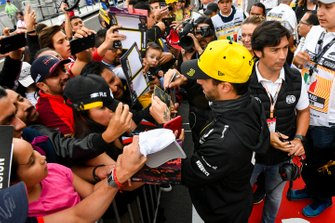 Daniel Ricciardo, Renault F1 Team, signe des autographes