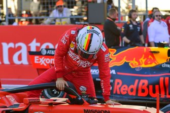 Sebastian Vettel, Ferrari, arrive sur la grille après les qualifications