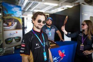 Un membro del team Techeetah prova un paio di occhiale da sole