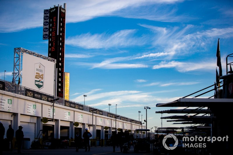 Sunrise, Scoring pylon, garage