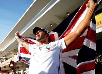 Lewis Hamilton, Mercedes AMG F1, solleva una bandiera del Regno Unito dopo aver vinto il titolo mondiale