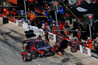 Clint Bowyer, Stewart-Haas Racing, Ford Mustang Mobil 1 / Rush Truck Centers, pit stop