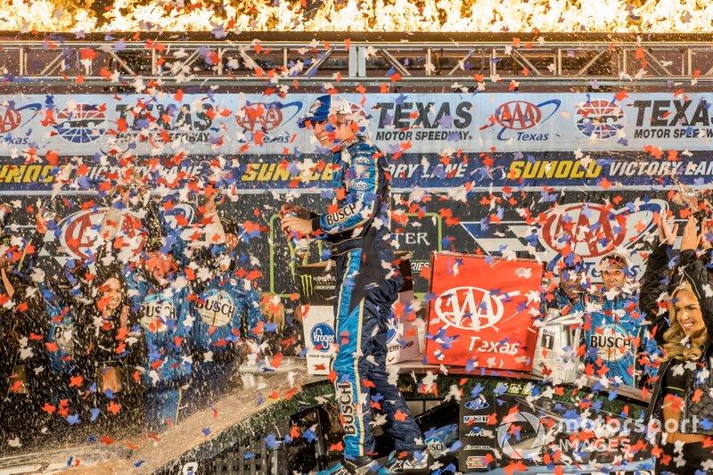 Kevin Harvick, Stewart-Haas Racing, Ford Mustang Busch Beer / Ducks Unlimited victory lane