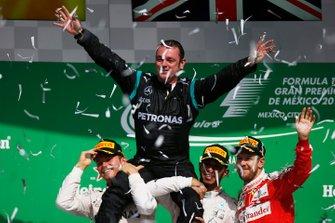 Tony Walton, Spares Co Ordinator, Mercedes AMG, sobre los hombros de Lewis Hamilton, Mercedes AMG, 1ª Posición, y Nico Rosberg, Mercedes AMG, 2ª Posición