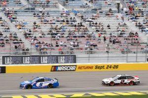 Kyle Larson, Hendrick Motorsports, Chevrolet Camaro HendrickCars.com, Brad Keselowski, Team Penske, Ford Mustang Discount Tire