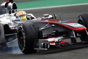 Lewis Hamilton, McLaren MP4-26 fait un blocage de roue