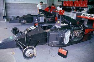 La McLaren MP4-6 Honda nel garage senza la carrozzeria