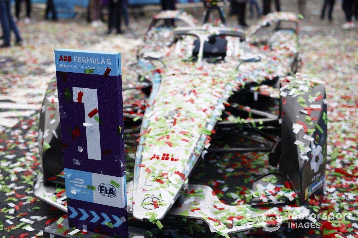 El coche de Stoffel Vandoorne, Mercedes-Benz EQ EQ Silver Arrow 02 cubierto de confeti