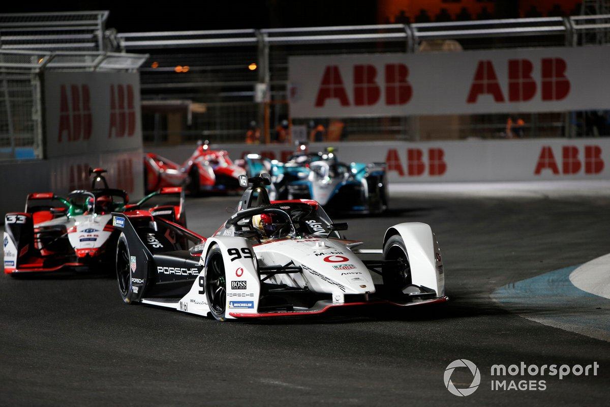 Pascal Wehrlein, Tag Heuer Porsche, Porsche 99X Electric, precede Rene Rast, Audi Sport ABT Schaeffler, Audi e-tron FE07