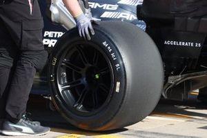 Lewis Hamilton, Mercedes F1 W12 tyre detail