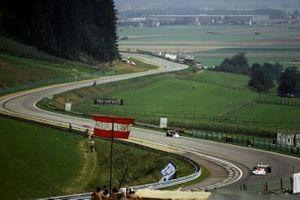 Mark Donohue, Penske Racing Cars March 751 sufrió un accidente después de un fallo de neumático en la curva de Hella Licht durante los entrenamientos