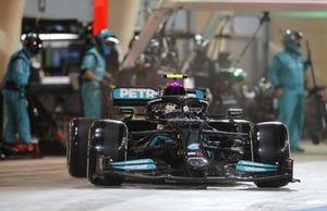 Valtteri Bottas, Mercedes W12, in de pits
