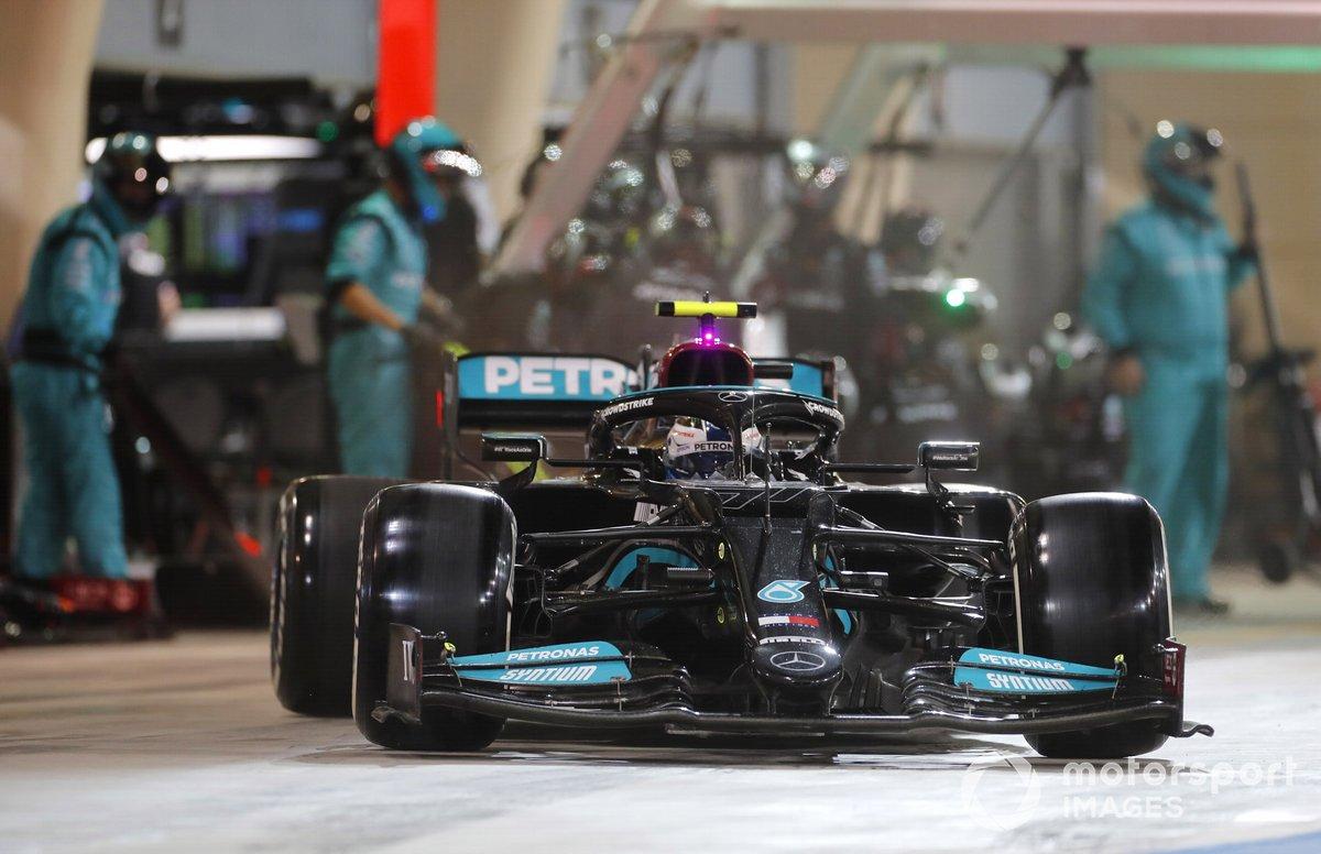 Valtteri Bottas, Mercedes W12, en pits