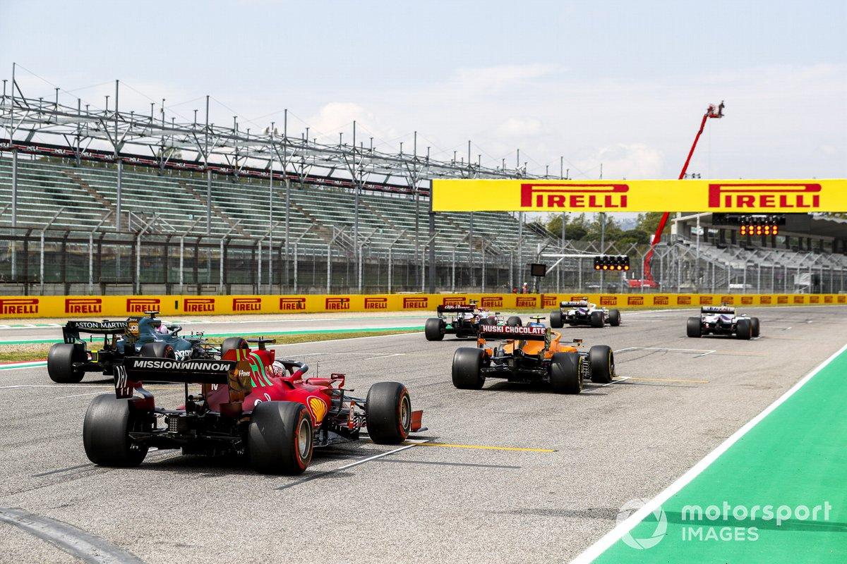 Nikita Mazepin, Haas VF-21, Mick Schumacher, Haas VF-21, Kimi Raikkonen, Alfa Romeo Racing C41, Lando Norris, McLaren MCL35M, Sebastian Vettel, Aston Martin AMR21, y Charles Leclerc, Ferrari SF21