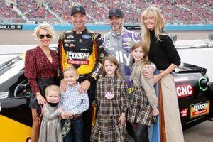Clint Bowyer, Stewart-Haas Racing, mit Ehefrau Lorra und den Kids Cash und Presley, und Jimmie Johnson, Hendrick Motorsports, mit Ehefrau Chandra und den Kids Genevieve und Lydia