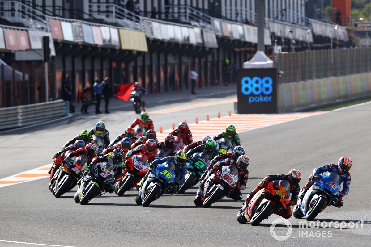 Pol Espargaro, Red Bull KTM Factory Racing leads, Maverick Vinales, Yamaha Factory Racing parte dalla pit lane