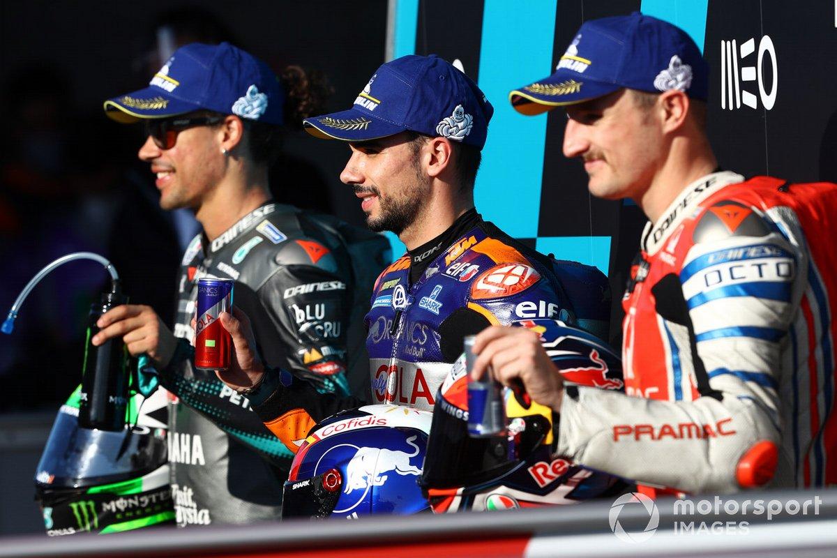 Los 3 primeros clasificados: ganador de la pole Miguel Oliveira, Red Bull KTM Tech 3, segundo Franco Morbidelli, Petronas Yamaha SRT, tercero Jack Miller, Pramac Racing