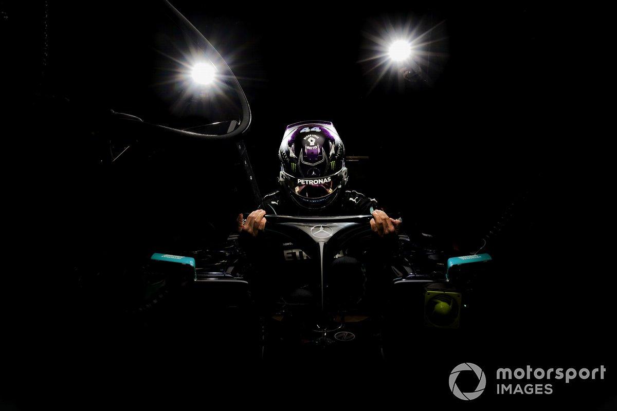 Lewis Hamilton, Mercedes-AMG F1 nel garage