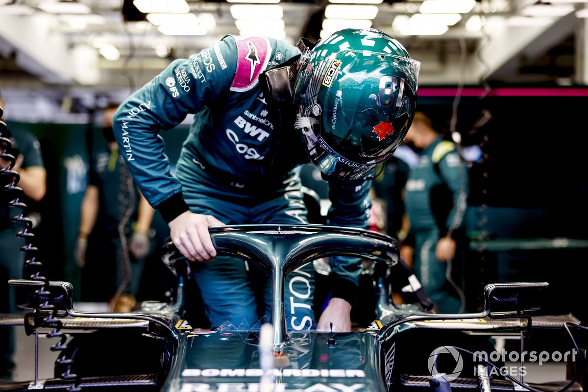 Lance Stroll, Aston Martin, monte dans sa monoplace