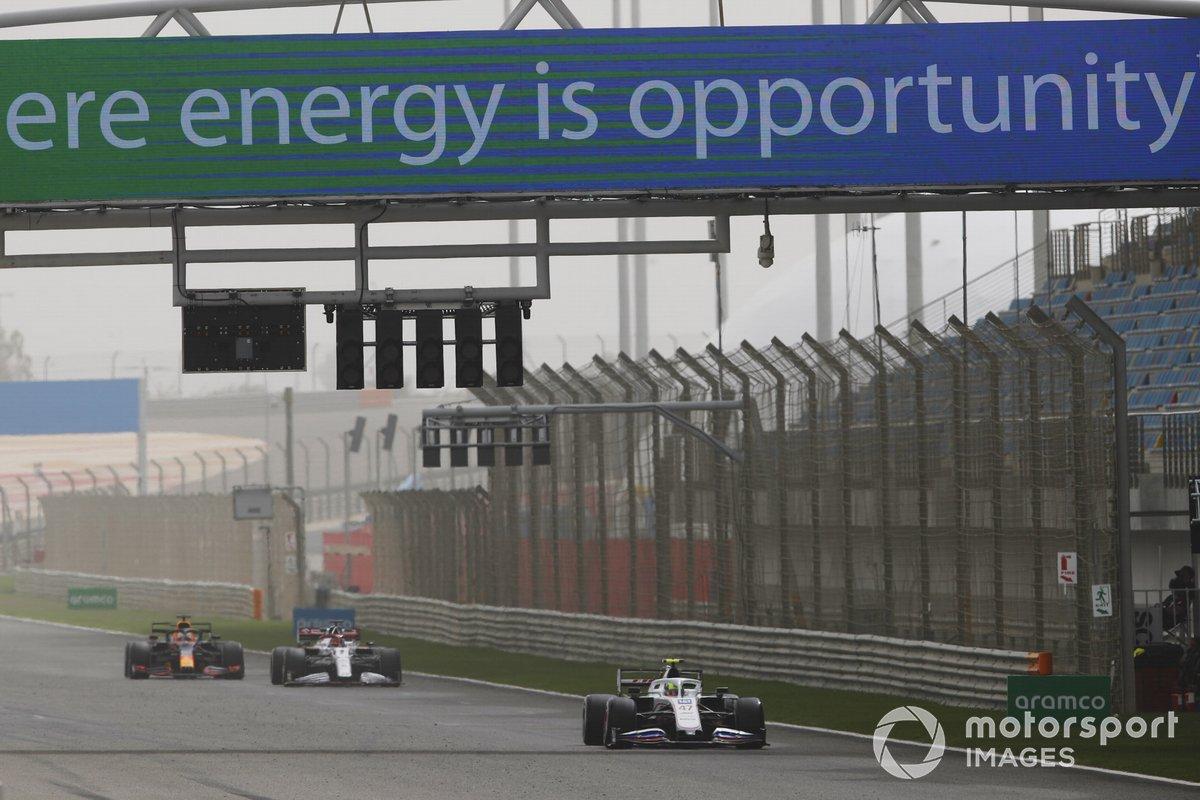 Mick Schumacher, Haas VF-21, Kimi Raikkonen, Alfa Romeo Racing C41 y Max Verstappen, Red Bull Racing RB16B