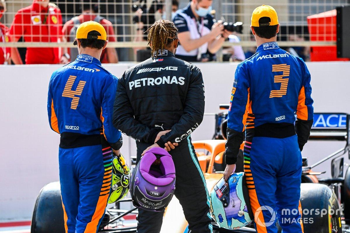 Ландо Норрис, Льюис Хэмилтон и Даниэль Риккардо смотрят на McLaren