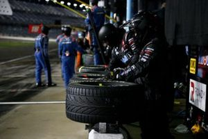 John Hunter Nemechek, Kyle Busch Motorsports, Toyota Tundra Mobil 1, Crew