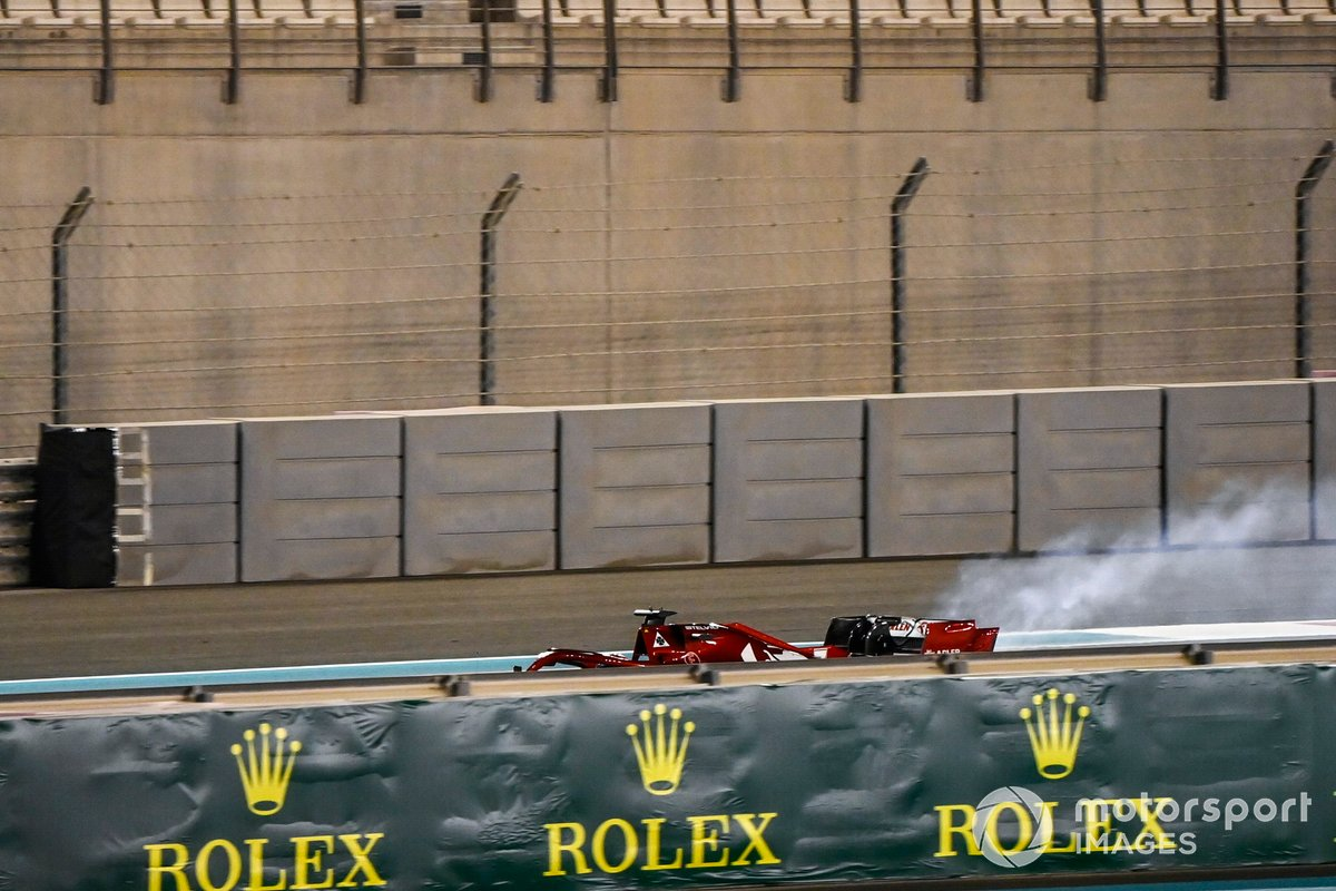 Kimi Raikkonen, Alfa Romeo Racing C39 detenido en la pista en llamas
