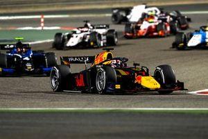 Liam Lawson, Hitech Grand Prix, leads Felipe Drugovich, Uni-Virtuosi