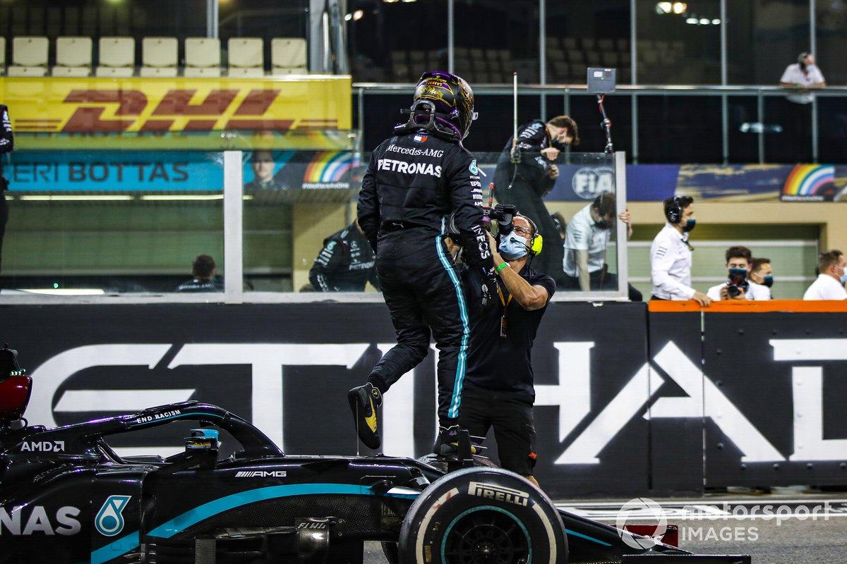 Lewis Hamilton, Mercedes-AMG F1, terzo classificato, esce dalla sua auto