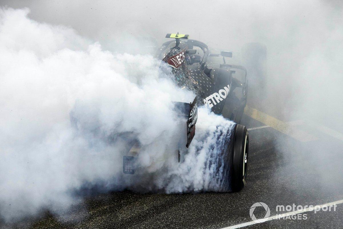 Valtteri Bottas, Mercedes F1 W11, 2ª posición, realiza unos donuts de celebración al final de la carrera
