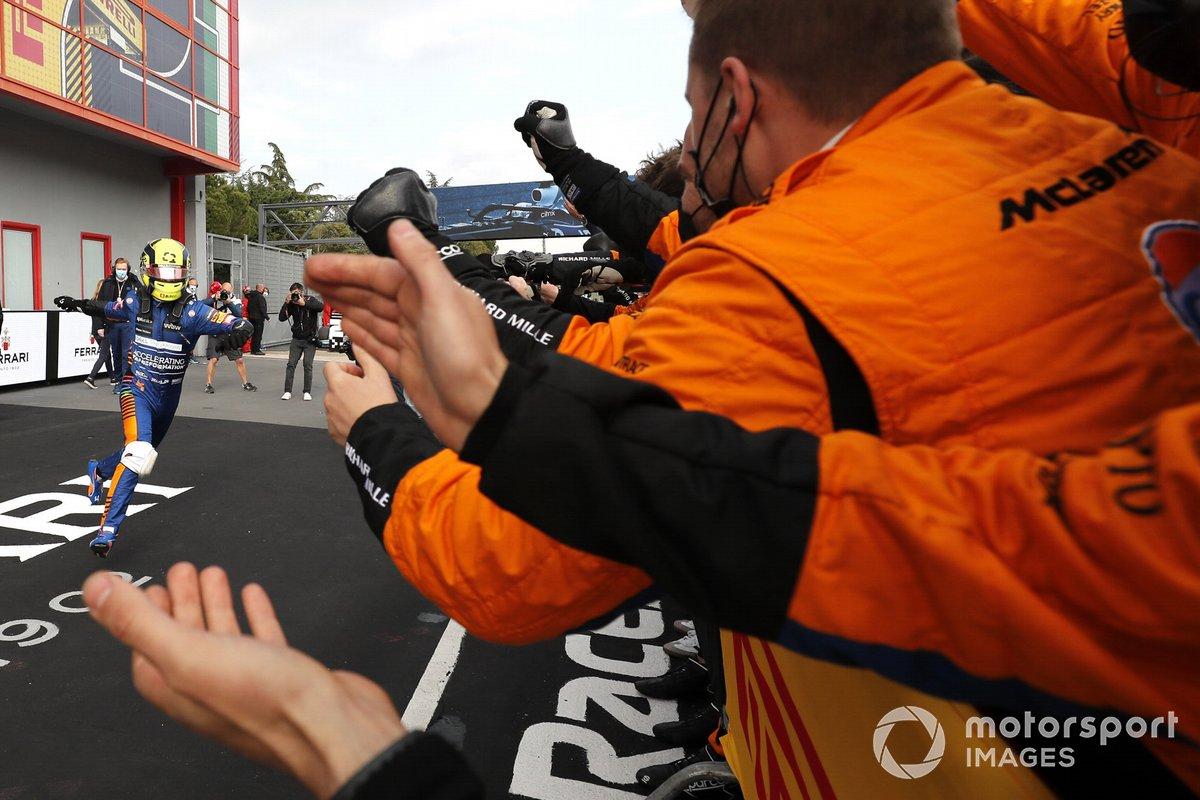 Lando Norris, McLaren MCL35M, 3ª posición, celebra en Parc Ferme