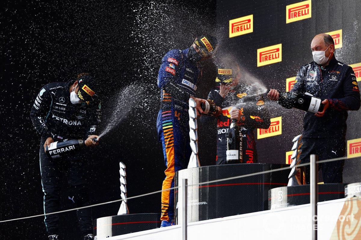 Lewis Hamilton, Mercedes, 2° posto, Lando Norris, McLaren, 3°posto, Max Verstappen, Red Bull Racing, 1°posto, e il rappresentante del team Red Bull Racing sul podio