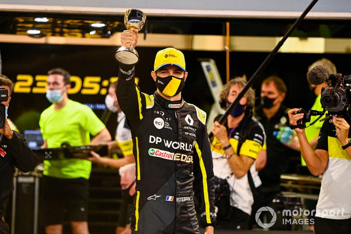 Esteban Ocon, Renault F1, 2ª posición, celebra con su equipo fuera del garaje
