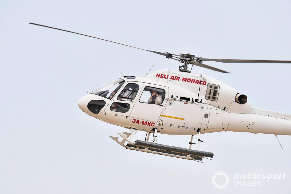 Un helicóptero Airbus AS355 Ecureuil 2 aterriza en el circuito